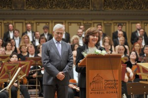 Domnul Andrei Dimitriu si Doamna Ana Blandiana, la deschiderea Concertului jubiliar. Foto: Florin Esanu.