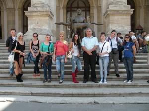 In fata Muzeului National de Istorie al Romaniei.