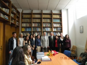 Domnul Presedinte Emil Constantinescu, in mijlocul studentilor jurnalisti clujeni.