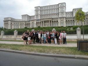 In fata Palatului Parlamentului