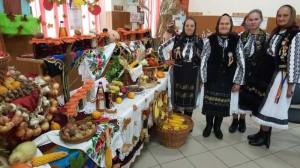 Localnice din Sarmas, in frumoase costume populare.