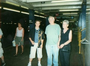 New York, 2002. Tudor, Henry si Janet Steck, intr-o statie de metrou.