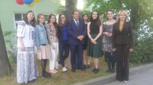 Câteva studente ale specializării limba română, în curtea Universităţii de Stat din Sankt Petersburg, alături de Excelenţa Sa, Vasile Soare, Ambasadorul extraordinar şi plenipotenţiar al României în Federaţia Rusă, şi de profesoarele lor, Daria Nichiticina Semenova şi Anna Olegovna Kubasova.
