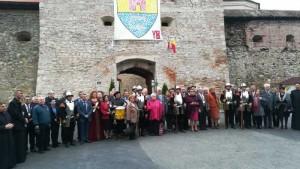 Participantii la simpozion, impreuna cu Garda de Onoare a Cetatii Fagaras