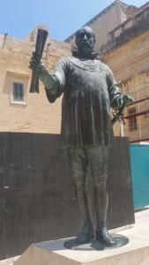Statuia Marelui Maestru al Ordinului Ioanit, Jean Parisot de la Vallette, cu mâna stângă pe sabie, iar în dreapta ţinând planul viitorului oraş, care acum îi poartă numele. Foto: Doina Rad